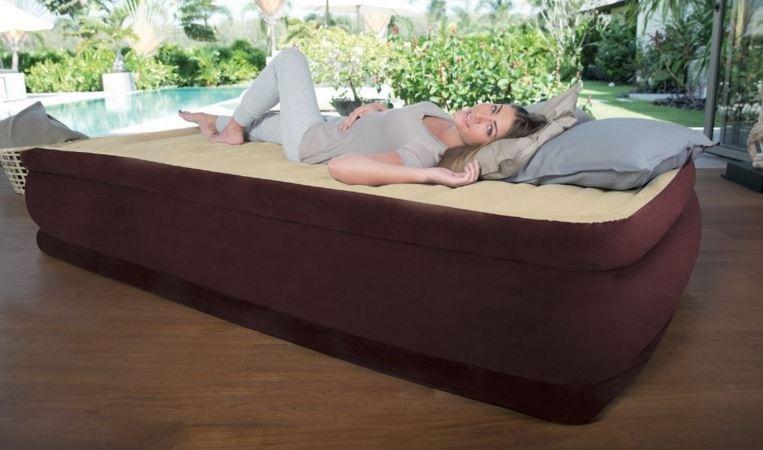 napihljivo ležišče z vgrajeno tlačilko