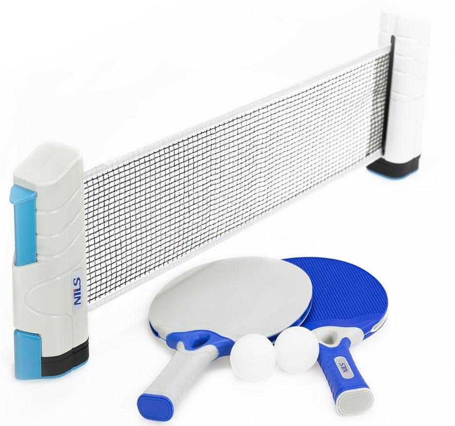 rete da ping pong con racchette e palline